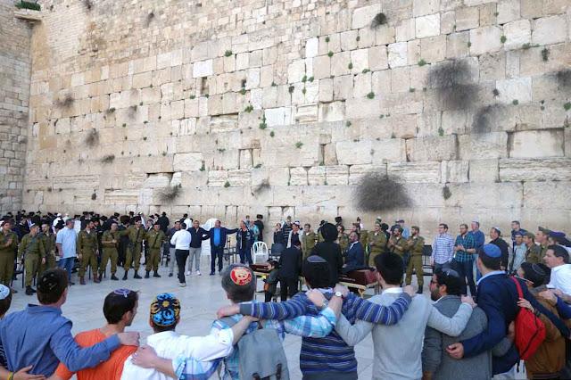 Chants, danses et réjouissances à l'occasion du Shabbat devant Le mur des Lamentations