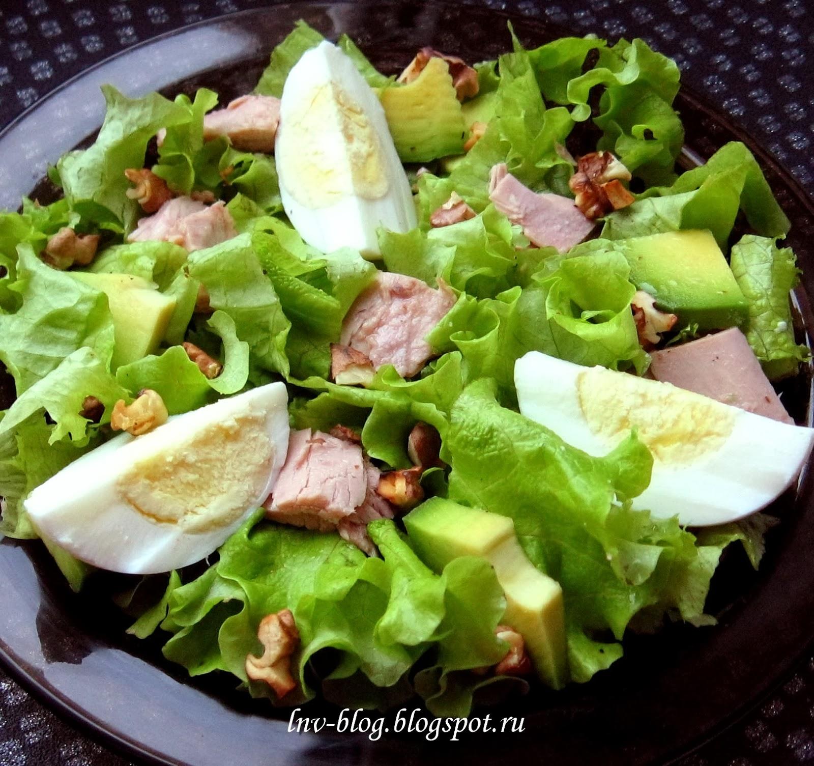 Салат с тунцом, яйцом, авокадо и грецким орехом