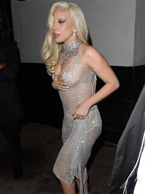 Lady Gaga Tampil Seksi Tanpa Bra Saat Makan Malam Bersama Tunangan