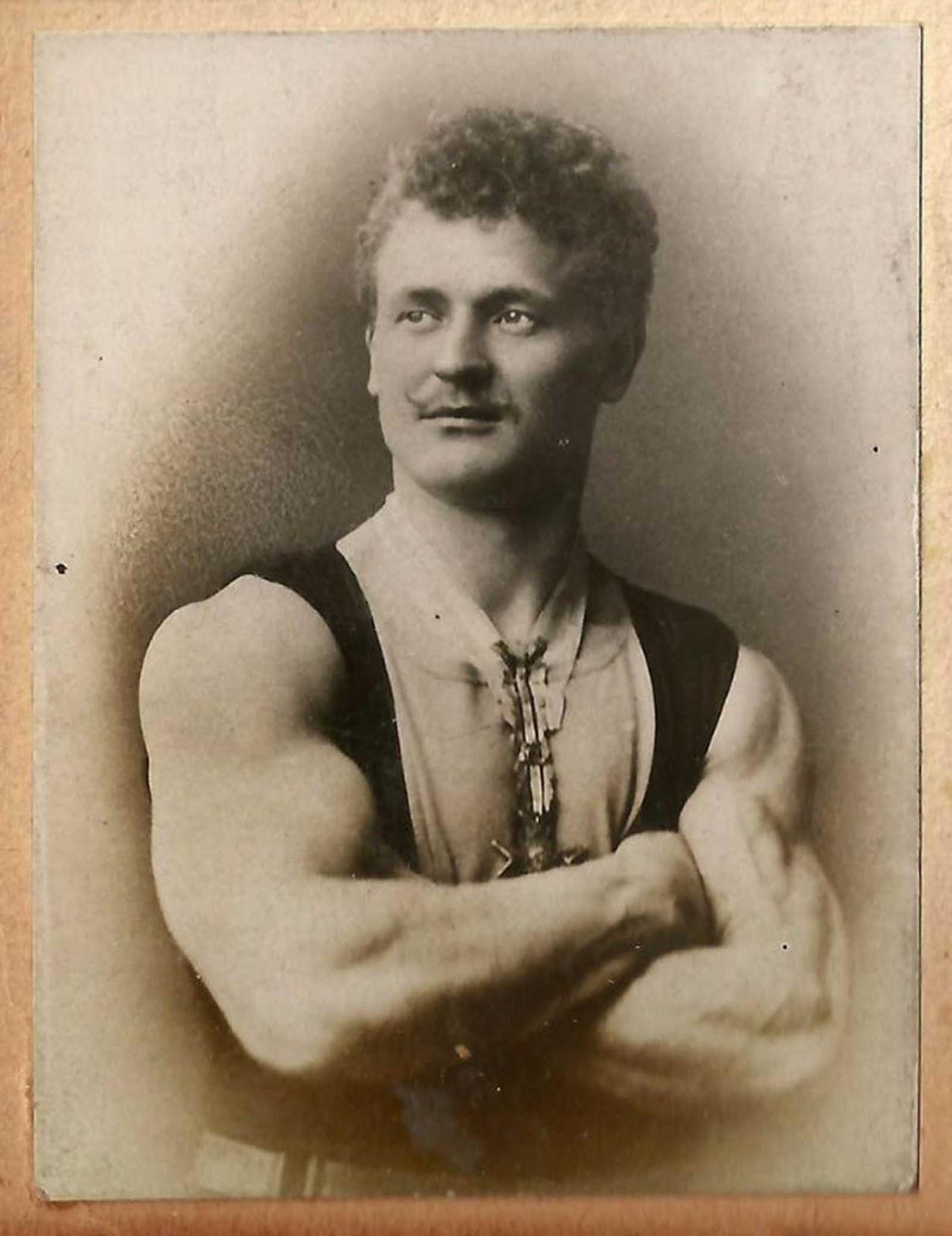 Eugen Sandow mostrando sus armas.