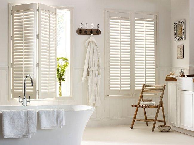 Beżowe okiennice wewnętrzne w łazience
