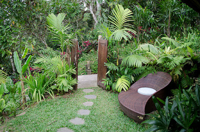 Taman Mungil di Depan Rumah Dengan Sentuhan Tropis