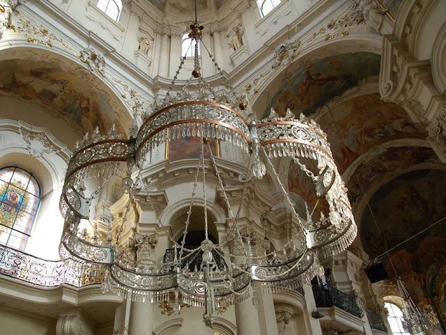 Lámpara de araña de cristal de bohemia en la Iglesia de San Nicolás (Praga)