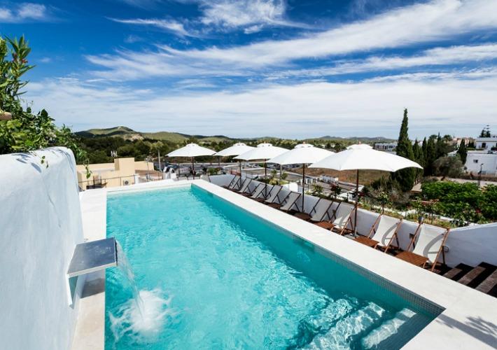 Un hotel minimalista con esencia hippie en Ibiza