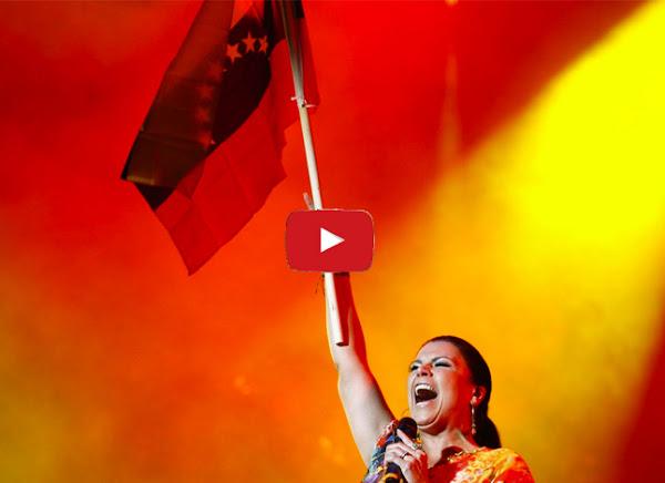 Olga Tañón en Tenerife cantándo a los venezolanos refugiados