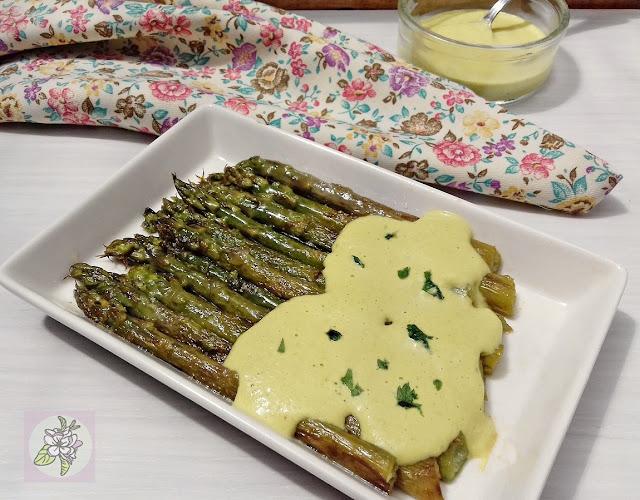 Espárragos Trigueros con Salsa de Almendra. Receta Vegana.