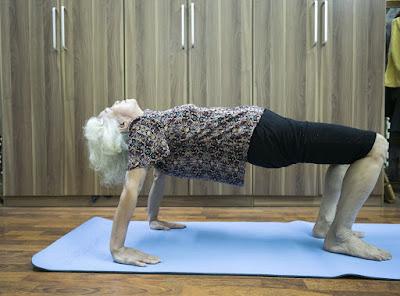 Những hình ảnh tập luyện Yoga của người phụ nữ 75 tuổi
