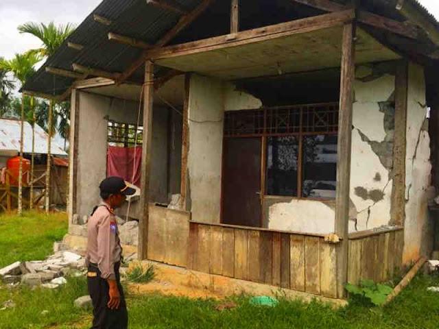 Pasca Gempa di Sarmi, Polisi Beri Pertolongan Kepada Korban