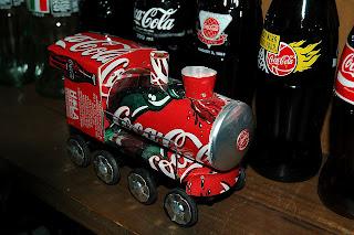tren hecho con latas de coca-cola recicladas.