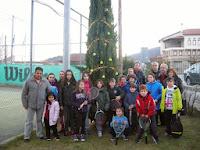 """ΚΑΣΤΟΡΙΑ:«Με 56 μπάλες τένις και πολλές ευχές ο """"ΠΡΩΤΕΑΣ"""" στόλισε  και άναψε το χριστουγεννιάτικο δένδρο στις εγκαταστάσεις του!»"""