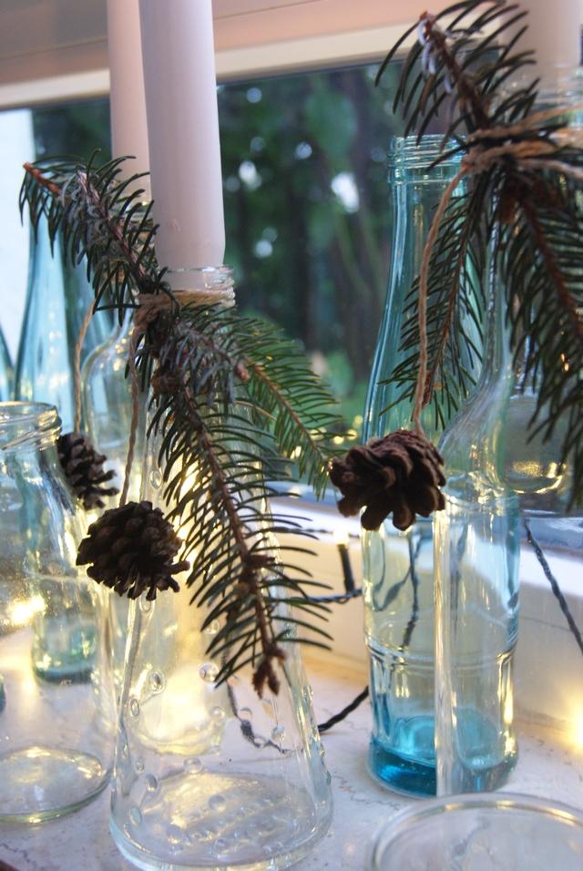 Flaschen als Kerzenleuchter im skandinavischen Stil