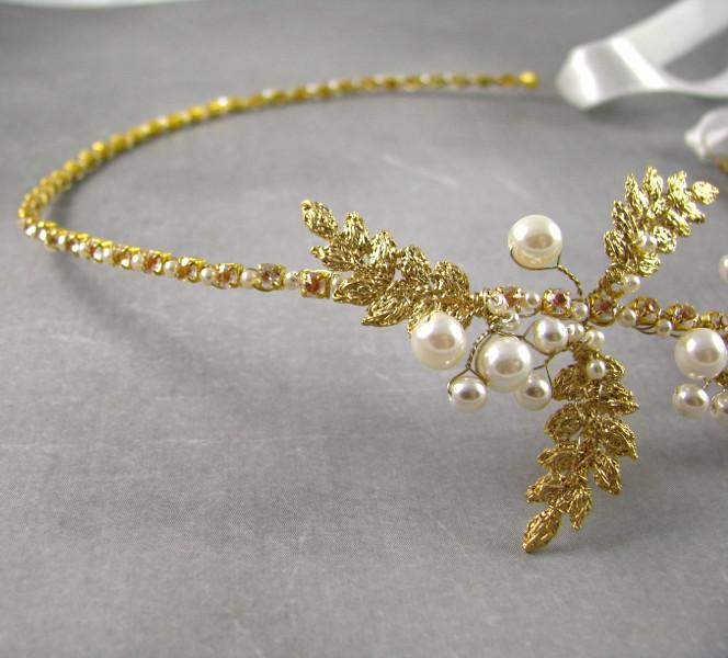 Złota, perłowa opaska ślubna z cyrkoniami.