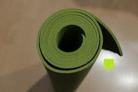 zusammengerollt oben: Yogamatte aus natürlichen Gummi (Kautschuk) - »Rubin« 183x61x0,4cm - sehr rutschfeste Matte für Yoga : ideal für Yogalehrer & Yogastudios (Studio-Qualität). Erhältich in 6 Trendfarben : pink hellblau grün lila navyblau & schwarz. Exzellent geeignet für Yogaübungen (Asanas), Pilates & Gymnastik - die perfekte Fitnessmatte / Sportmatte dank innovativer Oberflächenstruktur - ökologisch korrekt hergestellt & REACH geprüft (keine Schadstoffe)