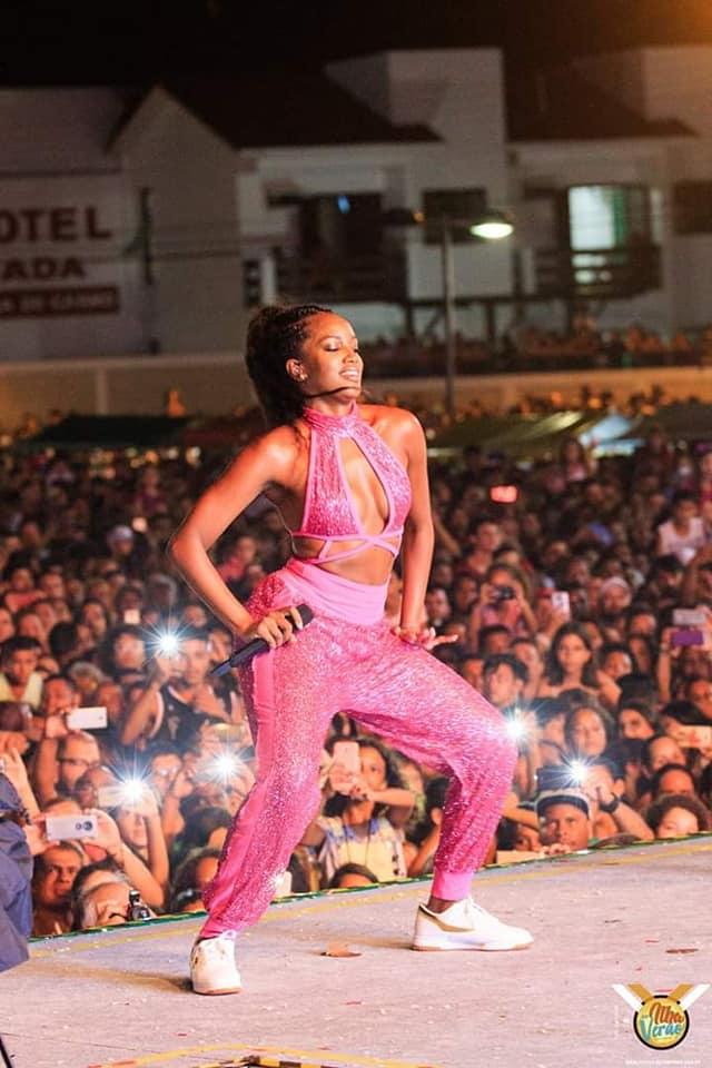 Show da cantora Iza faz sucesso em Ilha Comprida
