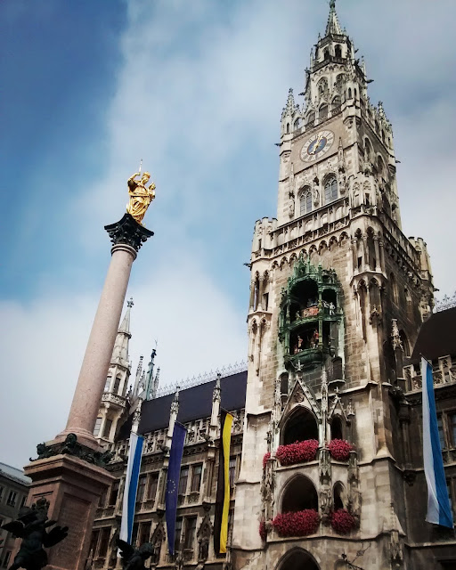 Marienplatz com a Mariensäule (coluna de Maria) e Nova Rathaus (prefeitura) - Munique - Baviera - Alemanha