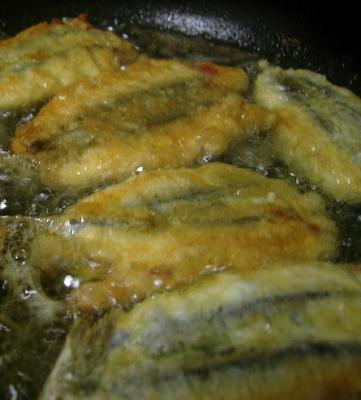 Bocadillo de anchoas rebozadas con pimiento rojo