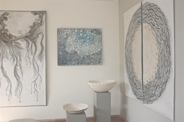 Blick in ihr Atelier mit Quilts an den Wänden