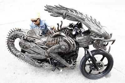 Motocicleta de depredador con autopartes.