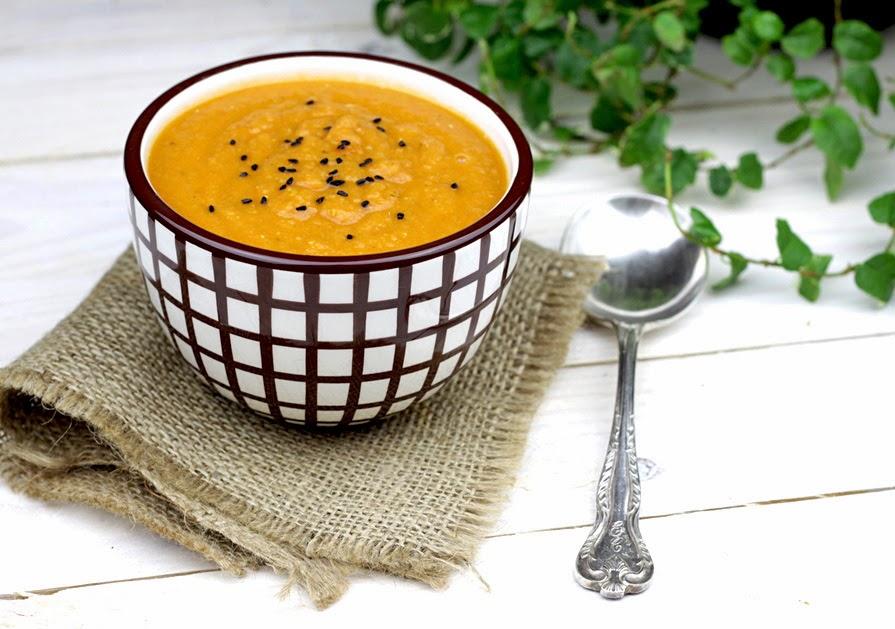 zupa z czerwonej soczewicy z pomidorami i tymiankiem