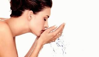 ล้างหน้าด้วยน้ำเปล่า ลดสิวผด