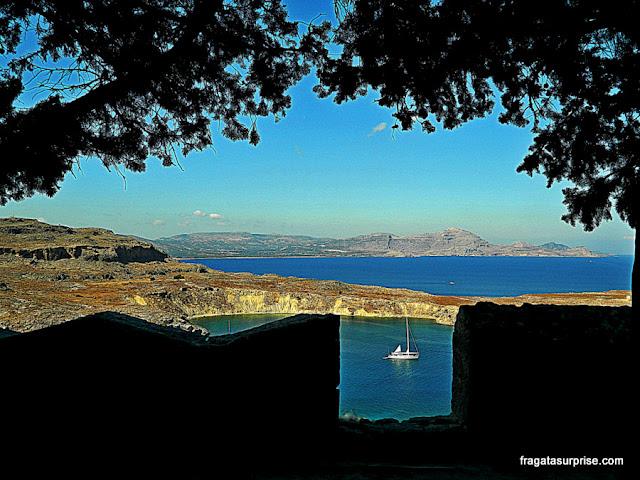 A enseada de Lindos, na Ilha de Rodes, vista do alto da Acrópole