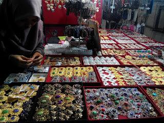 Berbagai asesoris pelengkap hijab yang banyak dijual di lantai dasar Thamrin City (dok. pribadi)