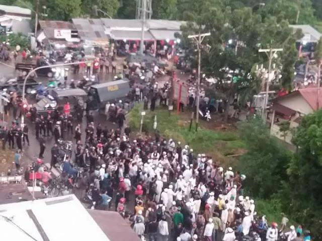 [Video] Dianggap Pemecah Belah, FPI Dihadang Ormas Dayak, Ustad Sobri Lubis Diusir Pulang