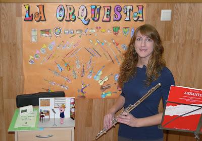 Maqueta personalizada profesora de música y flauta con la escena real. Maqueta y maqueteado.