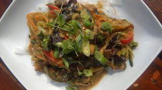 Makaron ryżowy z warzywami w sosie z masła orzechowego