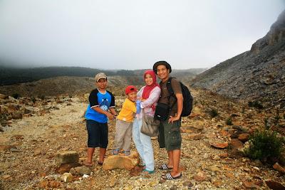 Mendaki ceria ke Kawah Gunung Papandayan bersama keluarga.