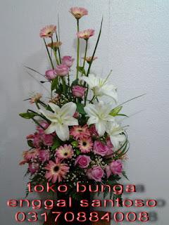 rangkaian karangan bunga meja lily dan mawar pink