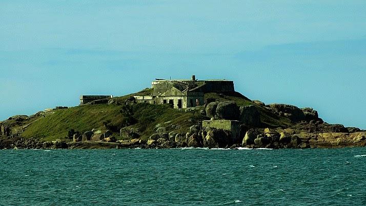 Fortaleza na Ilha de Araçatuba, em Palhoça