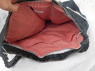fd984f670b Eredetileg drapp alapon kék csíkos volt zseb nélkül. Most pedig piros fehér  csíkos és kapott egy két részre választott, hatalmas zsebet.