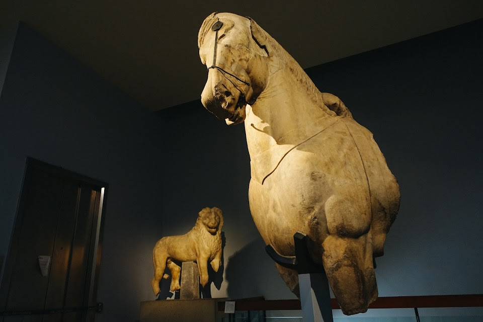マウソレウム出土の巨大な彫像(Fragments of colossal horses from the quadriga of the Mausoleum at Halikarnassos)