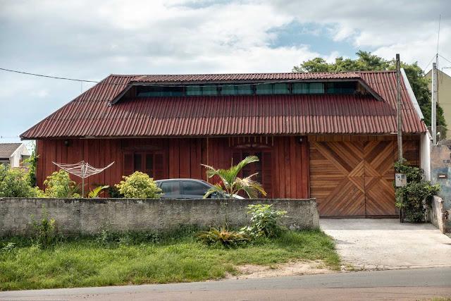 Uma casa nova de madeira