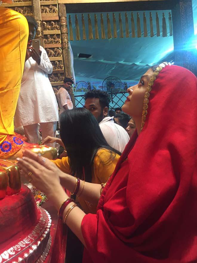 Aishwarya Rai Bachchan Seek Blessings Of Lalbaughcha Raja Ganesh Festival 2017