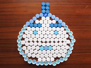 ペットボトルのキャップのふたで、助太力くんの頭を表現した写真