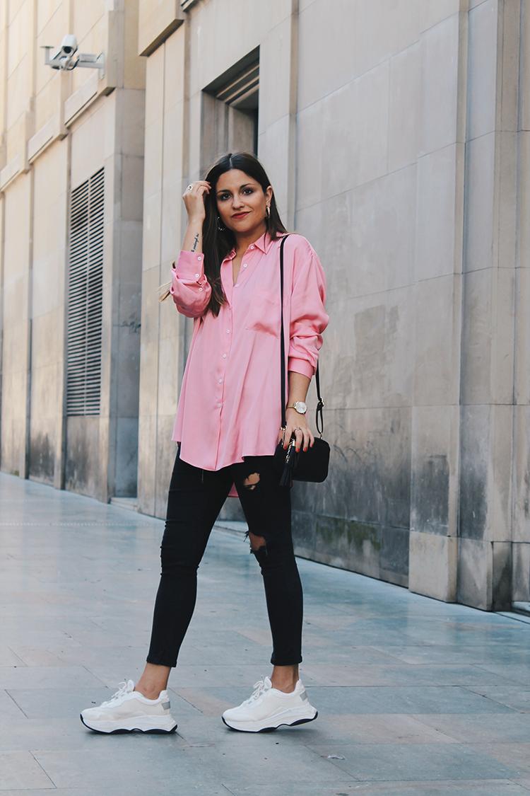 look con camisa rosa y zapatillas