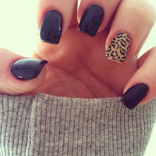 Diseño con uñas negras y una uña animal print.