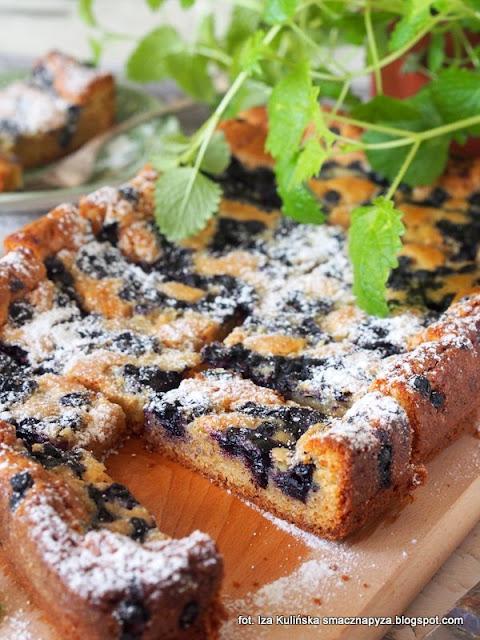 ciasto z biala czekolada i jagodami, placek czekoladowy z owocami, biala czekolada, jagody, czarne borowki, ciasto na niedziele, co dzisiaj upiec, jak szybko zrobic ciasto z owocami