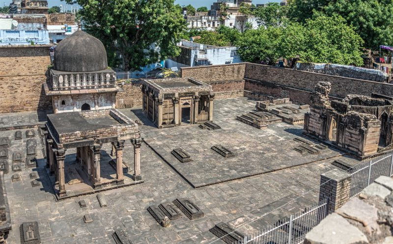 Nizamuddin Aulia Family tombs