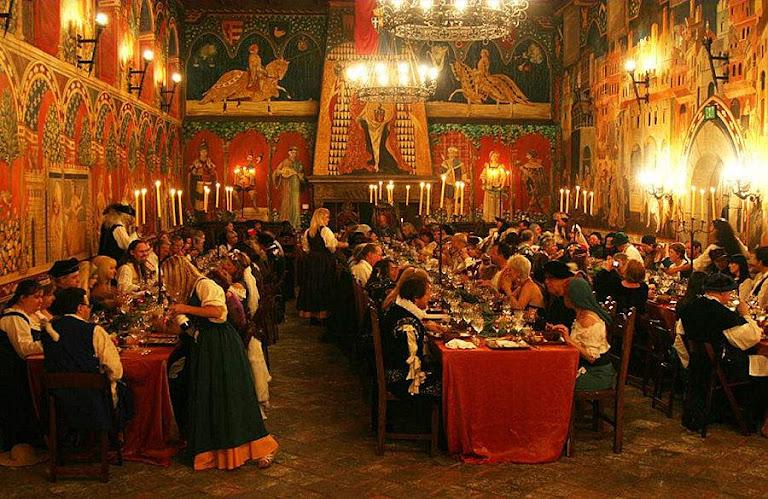 Reencenação de um jantar dos castelões, hóspedes, empregados e viajantes. Castelo de Amorosa, Califórnia.