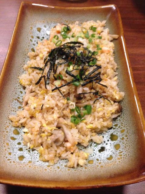 nasi goreng Jepang menggunakan daging ikan salmon dan telur