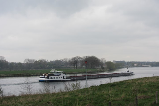 Limburg schip in de Maas