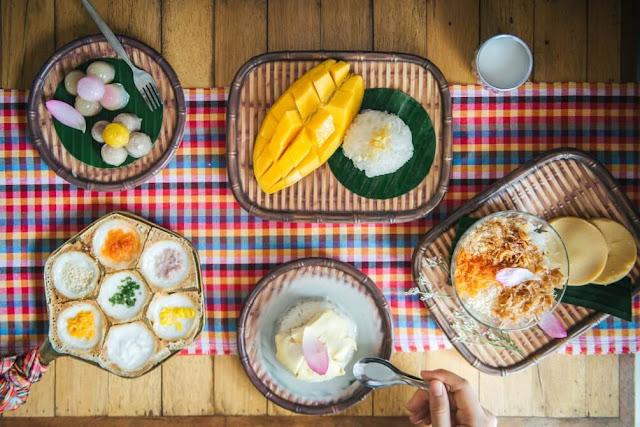 Các món ăn của Thái, nhất là các món bánh ngọt truyền thống hầu như luôn khoác lên mình những màu sắc rực rỡ, đa dạng, vừa là bữa tiệc phong cảnh cho đôi mắt, cũng vừa là trải nghiệm hương vị độc đáo, tuyệt vời cho du khách.