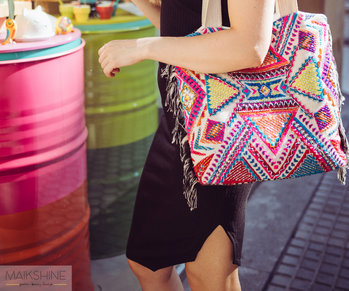 Outfit casual con bolso étnico