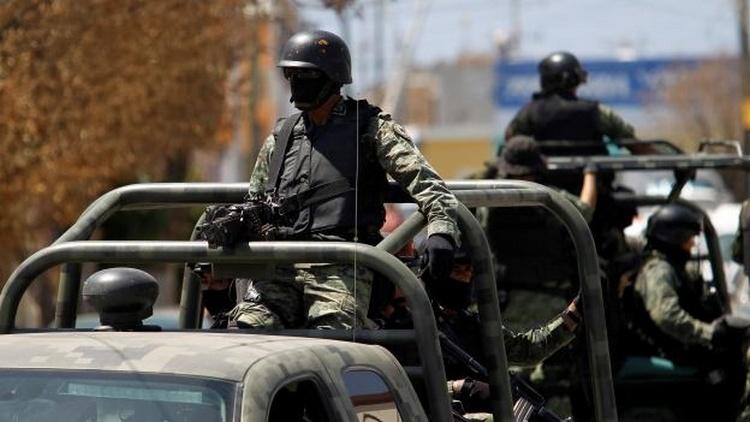 Video, Convoy de Militares se topa de frente con convoy de Zetas y se enfrentan