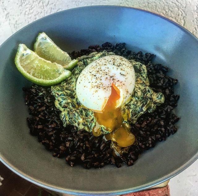 Curry d'épinards riz noir et oeuf mollet