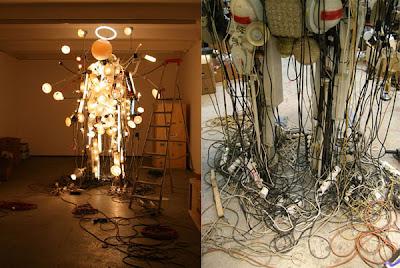 Diseño de Hombre de luz hecho con lamparas y cables