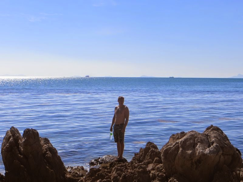 Парень на камнях моря